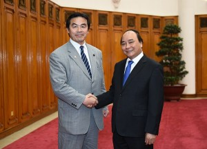 Hiroshi Hase, Japanese Minister of Education, Culture, Sports, Science and Technology (L), with Vietnam's Prime Minister Nguyễn Xuân Phúc. Photo: VGP.