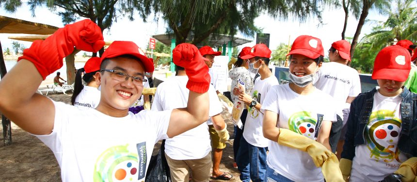 Students and staff around the world participated in the campaign. In Vietnam, future students and office staff picked up the beach at Hai Phong. Photo: Centennial College.