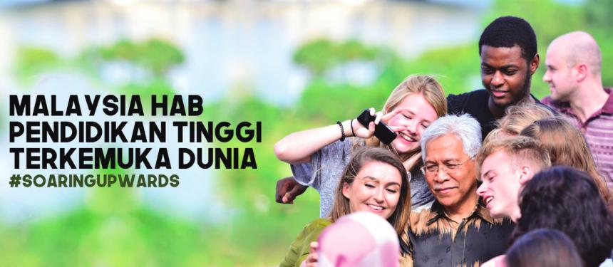 Malaysian Higher Education Minister Datuk Seri Idris Jusoh with international students