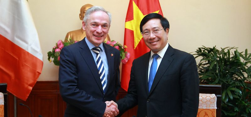 Ireland's Minister for Education and Skills Richard Bruton with Vietnam's deputy PM Pham Binh Minh Photo: VGP